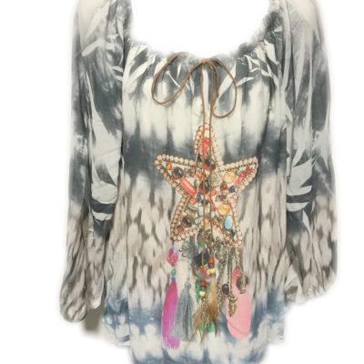 Mooie blouse met vrolijke print en suède veter met kralen en veertjes