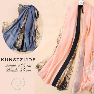 Sjaal met slangen print in roze of blauw-grijs